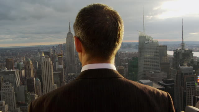 cu rear view of man looking at new york cityscape / new york, usa - 後ろ姿点の映像素材/bロール
