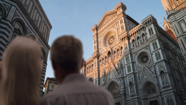 stockvideo's en b-roll-footage met rear view of mature couple gazing at the florence cathedral - toscane