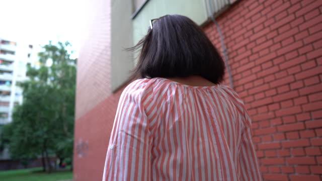 vidéos et rushes de vue arrière de femme mûre marchant dans le mouvement lent - suivre activité avec mouvement