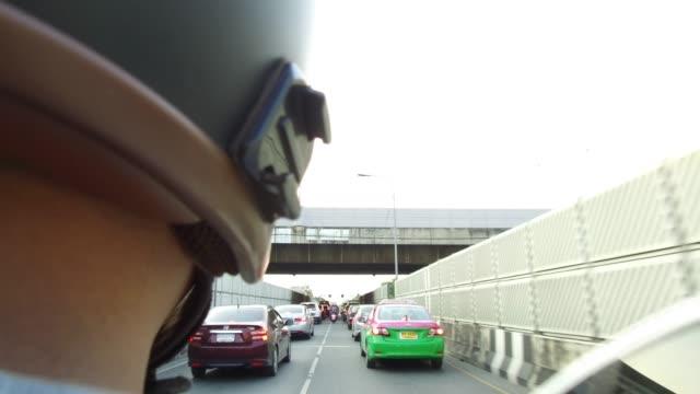 vídeos de stock, filmes e b-roll de vista traseira do motociclista. - motocicleta