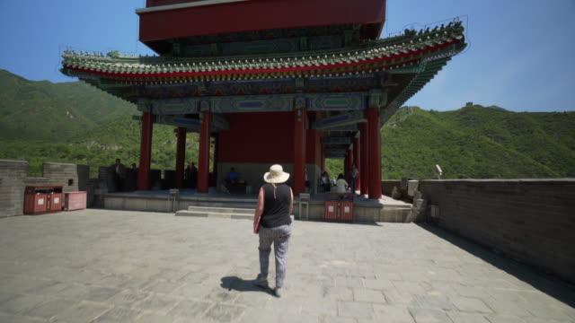 rear view of tourist walking towards historic juyong pass building - beijing, china - unesco welterbestätte stock-videos und b-roll-filmmaterial