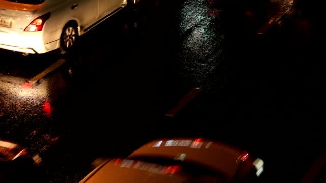 vidéos et rushes de vue arrière d'embouteillage à bangkok, en thaïlande. - lenteur
