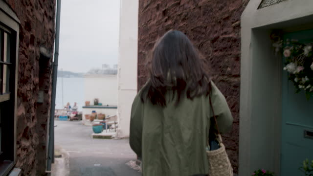 vidéos et rushes de rear view of woman walking - cheveux bruns