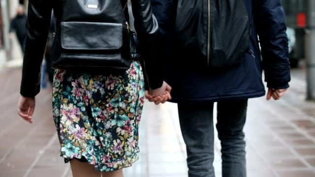 雨の中歩く若いカップルの背面図 - バックパック点の映像素材/bロール