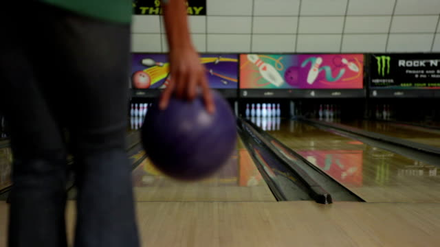 vídeos de stock, filmes e b-roll de ms rear view of young woman bowling, low section / dover, new hampshire, usa - sapato de boliche