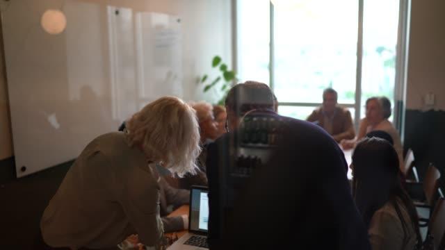 vídeos de stock, filmes e b-roll de retrovisor - reflexo dos empresários em uma sala de reunião do conselho - apresentador