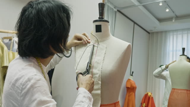 中国のデザイナー男性がqun guaパターンを切断するリアビュービデオ - パタンナー点の映像素材/bロール