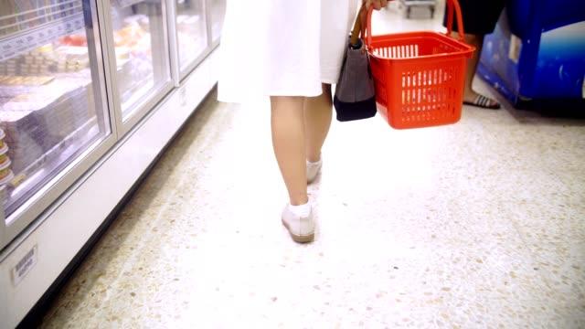 vista posteriore: donna che fa shopping al supermercato - vestito bianco video stock e b–roll