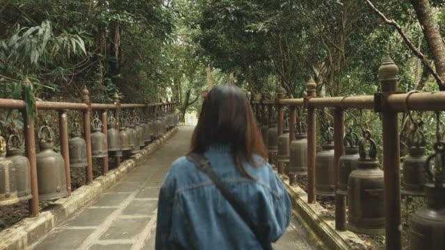 ansicht von hinten, junge weibliche touristen in thailand - tempel stock-videos und b-roll-filmmaterial