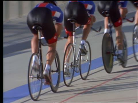 vídeos y material grabado en eventos de stock de rearview of people riding bicycles on track - bicicleta vintage