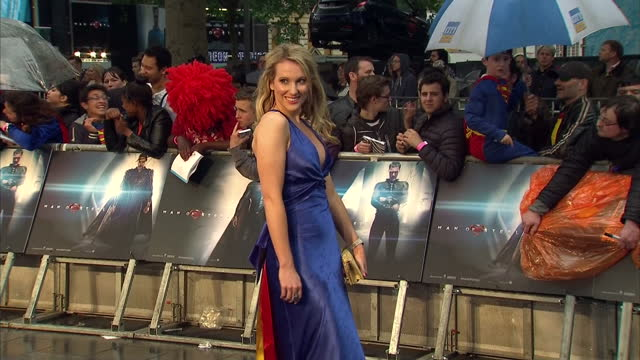 vídeos y material grabado en eventos de stock de rebecca ferdinando posing for photo op on red carpet of new superman film man of steel premiere in leicester square rebecca ferdinando photo op on... - superman superhéroe