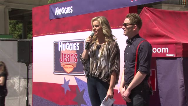 stockvideo's en b-roll-footage met rebecca romijn and host at the huggies jeans diaper launch event fashion show in nyc hosted by rebecca romijn at new york ny - rebecca romijn
