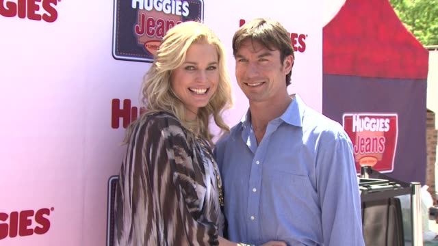stockvideo's en b-roll-footage met rebecca romijn and jerry o'connell at the huggies jeans diaper launch event fashion show in nyc hosted by rebecca romijn at new york ny - rebecca romijn