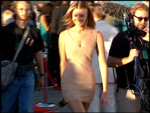 stockvideo's en b-roll-footage met rebecca romijn at the 1998 mtv movie awards at barker hanger in santa monica california on may 30 1998 - rebecca romijn