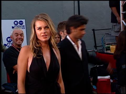 stockvideo's en b-roll-footage met rebecca romijn at the 2000 mtv movie awards at sony studios in culver city california on june 3 2000 - rebecca romijn