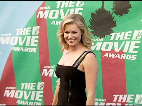 stockvideo's en b-roll-footage met rebecca romijn at the 2006 mtv movie awards red carpet at sony pictures studios in culver city california on june 3 2006 - rebecca romijn