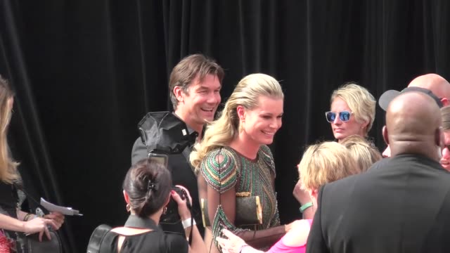 stockvideo's en b-roll-footage met rebecca romijn jerry o'connell greets fans at the 53rd academy of country music at mgm grand garden arena in celebrity sightings in las vegas - rebecca romijn