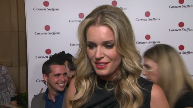 stockvideo's en b-roll-footage met rebecca romijn on being a part of the night what she likes about the brand's shoes her favorite summer trends her plans for the remainder of the... - rebecca romijn