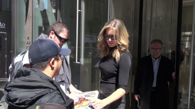 stockvideo's en b-roll-footage met rebecca romijn signs for fans on april 18 2016 in new york city - rebecca romijn
