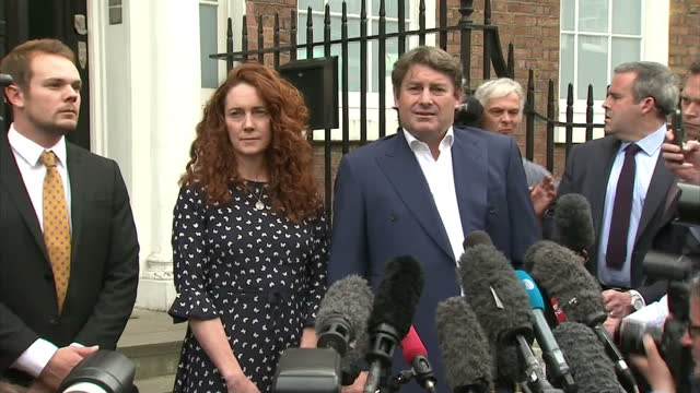rebekah and charlie brookes leave house and charlie speak to press re not guilty verdict in the phone hacking trial - 無罪点の映像素材/bロール