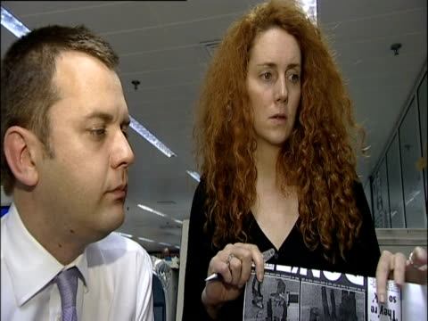 vídeos de stock, filmes e b-roll de rebekah brooks and andy coulson discuss the news of the world front page; 2002 - publicação