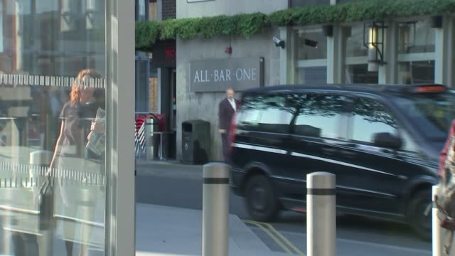 rebekah brooks arrival at news uk headquaters rebekah brooks along and in through revolving doors - レベッカ ブルックス点の映像素材/bロール