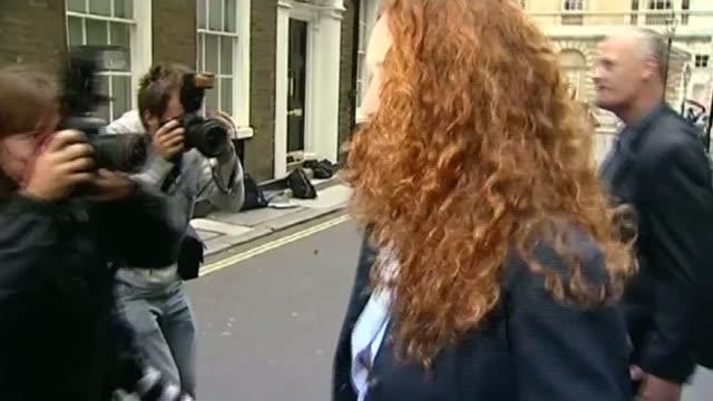 rebekah brooks to become chief executive of news uk lib london photography * * rupert murdoch towards through press scrum next rebekah brooks - スクラム点の映像素材/bロール