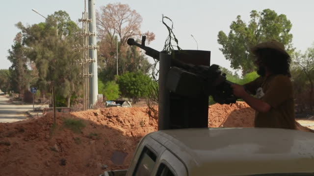 stockvideo's en b-roll-footage met rebel forces fighting on the frontline in tripoli libya weapons being fired and loud explosions - munitie