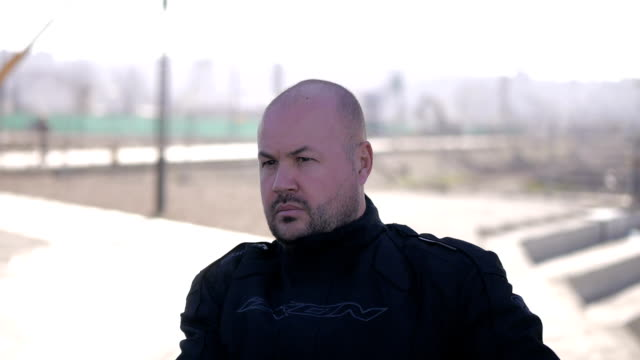 stockvideo's en b-roll-footage met rebel levensstijl. motorrijder en zijn fiets - hoofddeksel