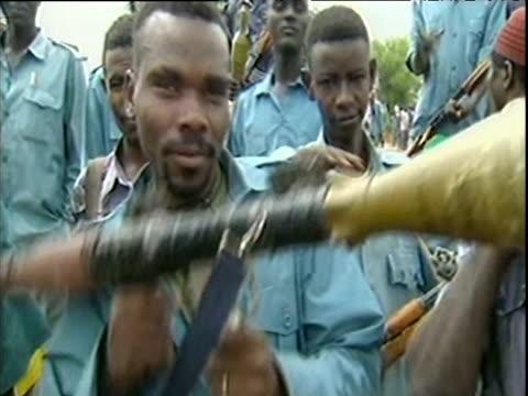 vidéos et rushes de rebel soldier lifts up grenade launcher onto shoulder as fellow soldiers watch darfur; sep 04 - guerre civile