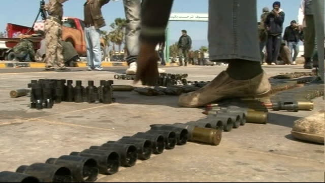 vidéos et rushes de gaddafi planes bombing oil ports in east libya t08031103 general views of antigaddafi rebel fighters filling gun ammunition casings with bullets... - anti aérien