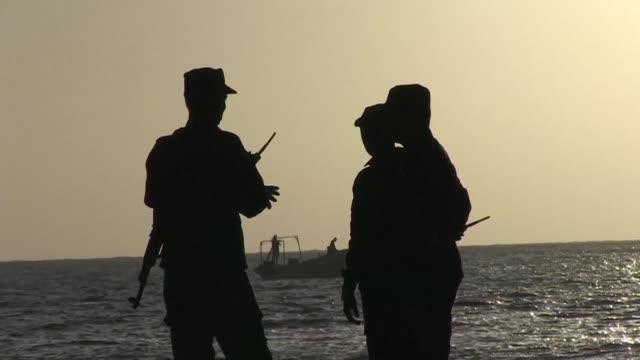 rebeldes islamistas del grupo somalí shebab causaron al menos 19 muertos en un ataque nocturno contra un restaurante costero de mogadiscio este jueves - restaurante stock videos & royalty-free footage