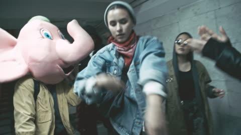 vídeos y material grabado en eventos de stock de rebellious group of friends dancing inside underground walkway - resistencia