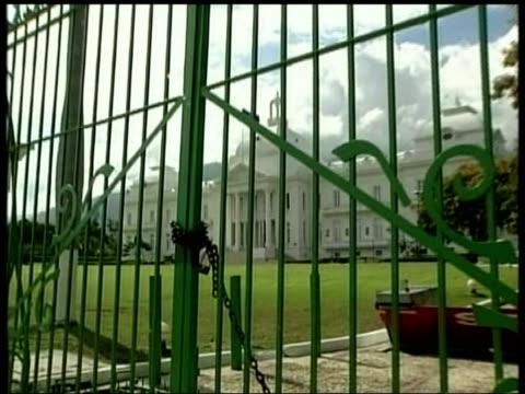 rebels head for capital; locked gates to president's residence zoom in lock - itv weekend late news点の映像素材/bロール