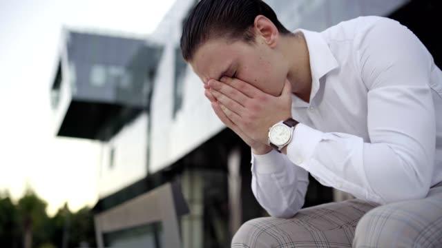 ricevere cattive notizie - concetto: grande perdita finanziaria, licenziamenti di profitto, crollo del mercato azionario, crollo del valore, crollo delle azioni - perdita video stock e b–roll