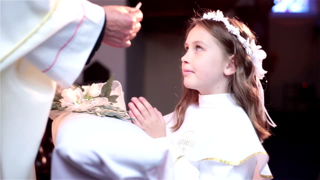stockvideo's en b-roll-footage met receiving communion - katholicisme