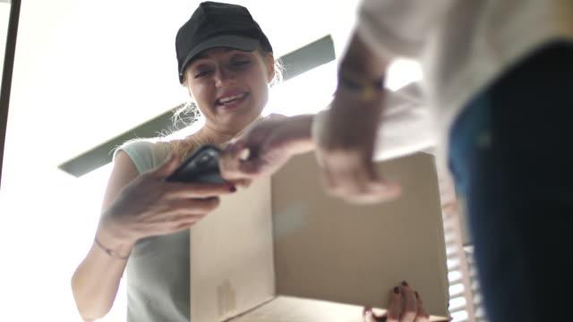 vídeos de stock, filmes e b-roll de parcelas a receber em casa - recebendo
