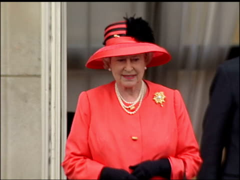 effects lib buckingham palace queen elizabeth ii on balcony of palace crowds gathered to celebrate the golden jubilee crowds gathered outside... - golden jubilee stock videos & royalty-free footage