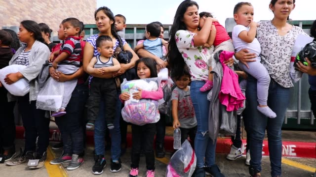 recently arrived migrant children play with family and volunteer children at the catholic charities humanitarian respite center on june 21 2018 in... - einwanderer stock-videos und b-roll-filmmaterial