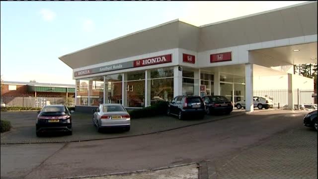 honda announces two month swindon plant closure november 2008 unknown location ext customers knocking on door of closed honda car dealer showroom... - ホンダ点の映像素材/bロール