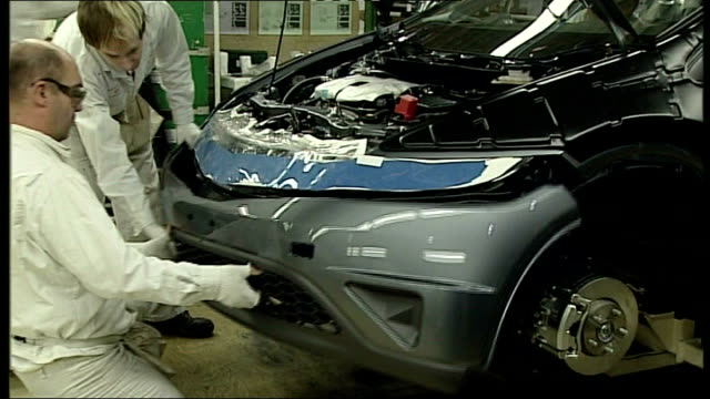 honda announces two month swindon plant closure swindon honda factory honda civic cars and workers on car production line - ホンダ点の映像素材/bロール