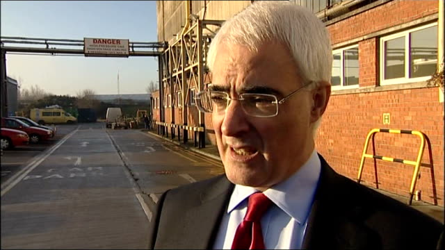 print more money says barclay's chief executive; t08010906 liverpool: ext alistair darling mp interview sot - nobody's talking about printing money /... - 金利点の映像素材/bロール