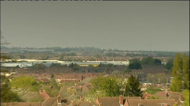 swindon worries of the honda workforce england berkshire swindon ext long gvs of rooftops of swindon seen beyond park in f/g gv of swindon zoom in to... - ホンダ点の映像素材/bロール