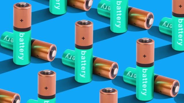 uppladdnings bart batteri mönster på färg bakgrund. uppifrån vy - batteri bildbanksvideor och videomaterial från bakom kulisserna