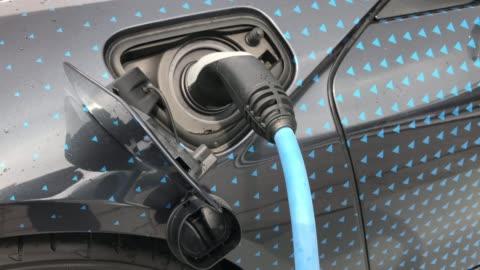 vídeos y material grabado en eventos de stock de recarga de la batería en el coche eléctrico - coche eléctrico coche alternativo