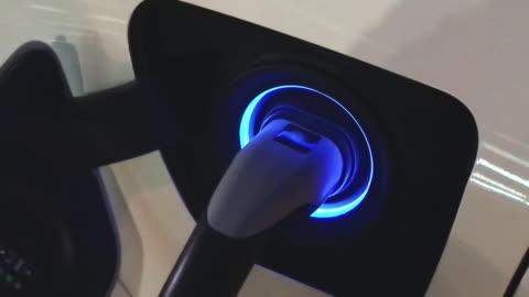 vídeos y material grabado en eventos de stock de recarga de la batería en el coche eléctrico - coche híbrido
