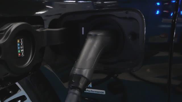 laddningsbatteri till elbil på elstation på varuhusparkeringen. elfordon,förnybar kraft koncept. - sydostasien bildbanksvideor och videomaterial från bakom kulisserna