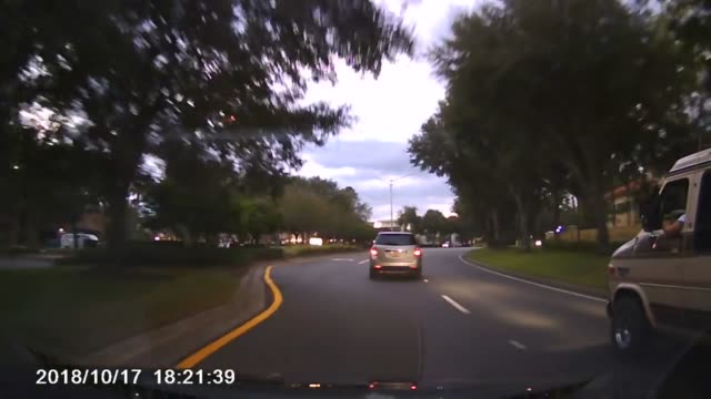 vídeos y material grabado en eventos de stock de reckless driver nearly hits this vehicle, almost causing a nasty wreck. however, justice was served with a 10 second horn-hoking session! - otros temas
