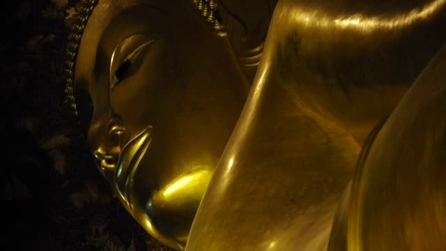stockvideo's en b-roll-footage met reclined buddha in wat pho temple, bangkok - achterover leunen
