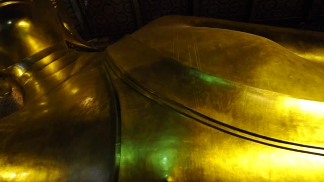 reclined buddha in wat pho temple, bangkok - zurücklehnen stock-videos und b-roll-filmmaterial